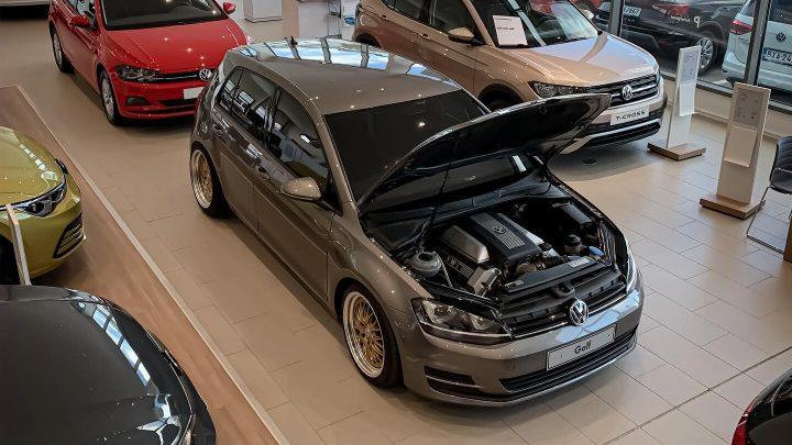 Dieser Volkswagen Golf hat eine V8-Motorhaube und einen Hinterradantrieb.
