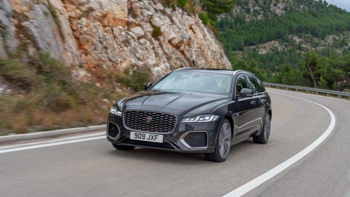 Der neue Jaguar XF hat ein bedeutendes Facelifting erfahren. Neue Motoren, Technologien und ein neues Interieur wurden hinzugefügt.