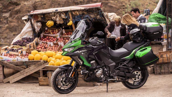 Kawasaki Versys 1000 SE erhält ein modernes Chassis Showa Skyhook. Version S wurde ebenfalls hinzugefügt.