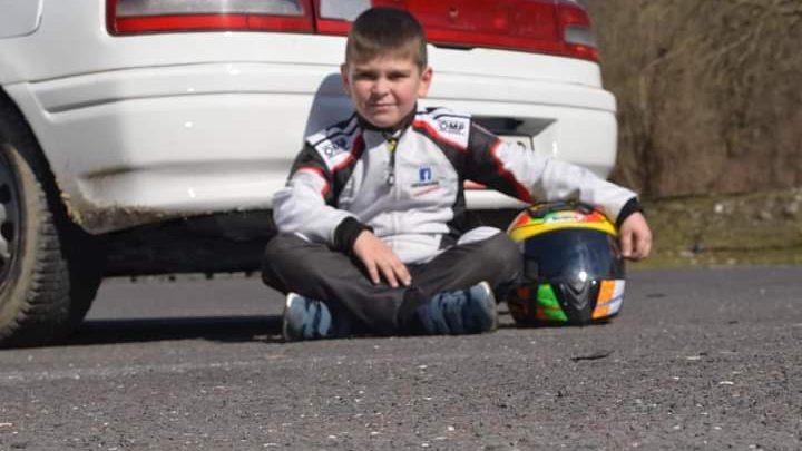 Nur ein 8-jähriger Junge aus der Slowakei fährt eine Rallye.  Wird er der zukünftige Autorennfahrer sein?