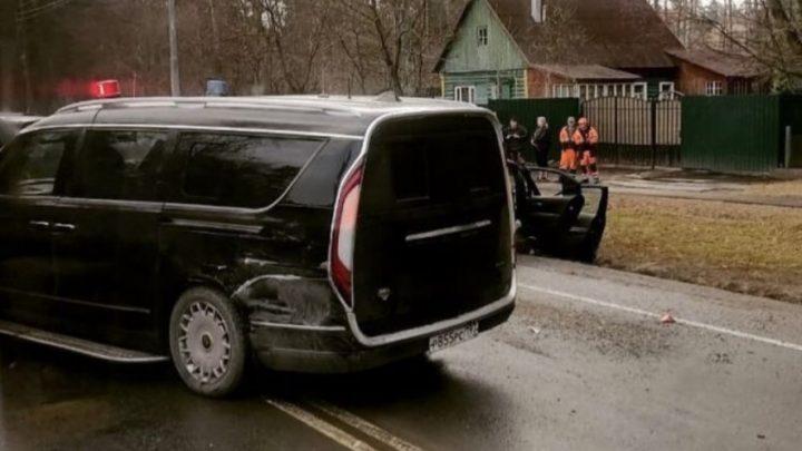 Der Kleinbus Aurus Arsenal war in einen Autounfall verwickelt.