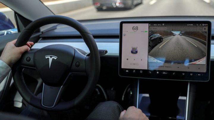 Autopilot von Tesla kann in anderen Fahrzeugen gesehen werden.