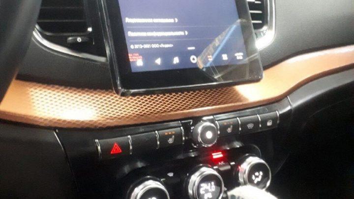 Der neue Lada Vesta FL bekommt ein virtuelles Cockpit, einen großen Touchscreen und eine Klimaanlagensteuerung von Renault.