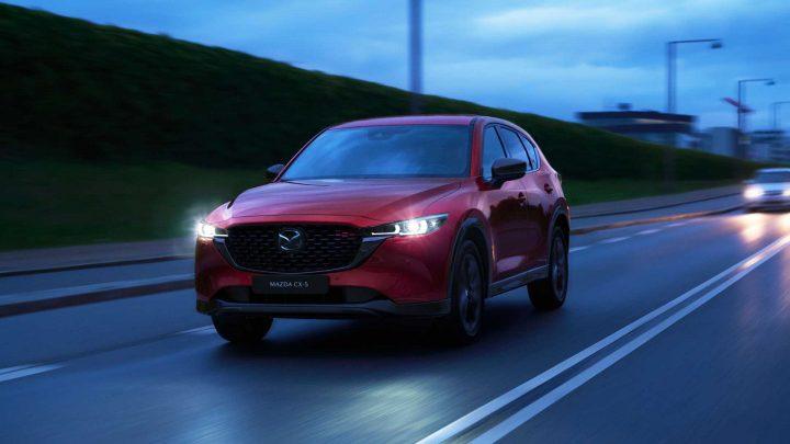 Der Mazda CX-5 hat ein Update erhalten, das neue Versionen und ein geändertes Design mit sich bringt.